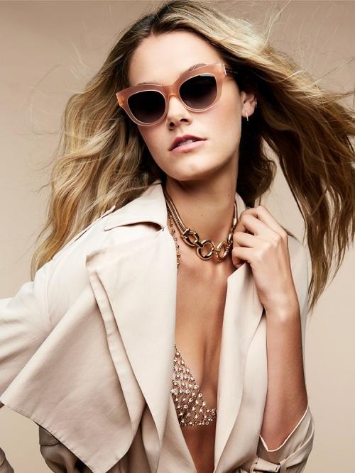 Aufnahme von einem weiblichen Model mit blonden Haaren, das eine Sonnenbrille von Paradis Collection trägt.