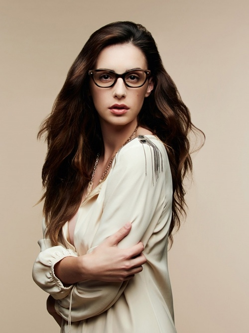 Aufnahme von einem weiblichen Model mit braunen, langen Haaren, das eine schwarze Shamballa Fassung trägt.