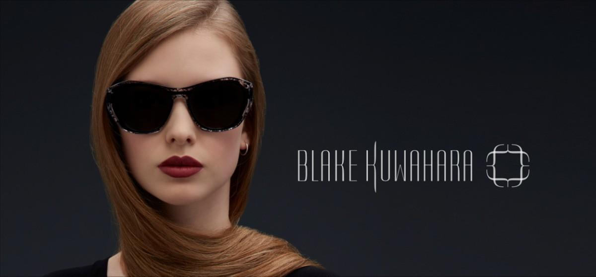 Links eine Frau mit rötlichen Haaren und ernstem Blick, die eine schwarze Blake Kuwahara Sonnenbrille trägt und rechts ein Blake Kuwahara Logo.