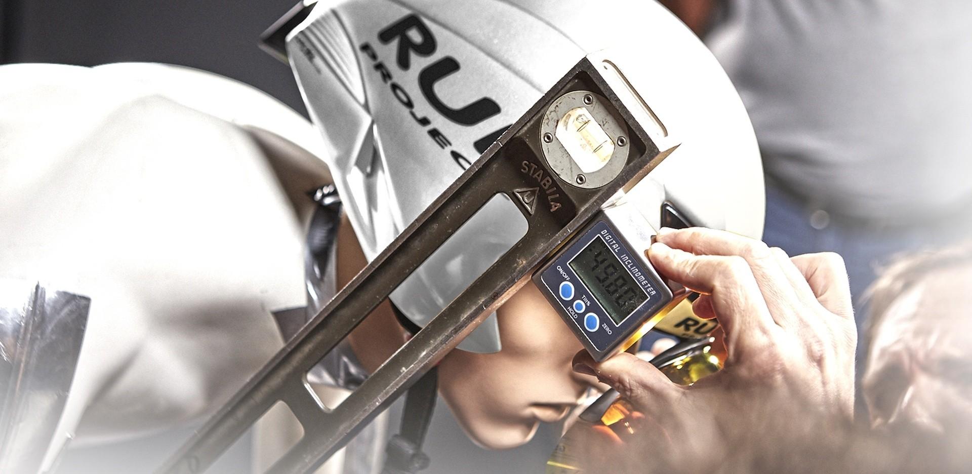 Nahaufnahme von einem Sportler mit weißem Helm, der eine Rudy Project Fassung trägt.