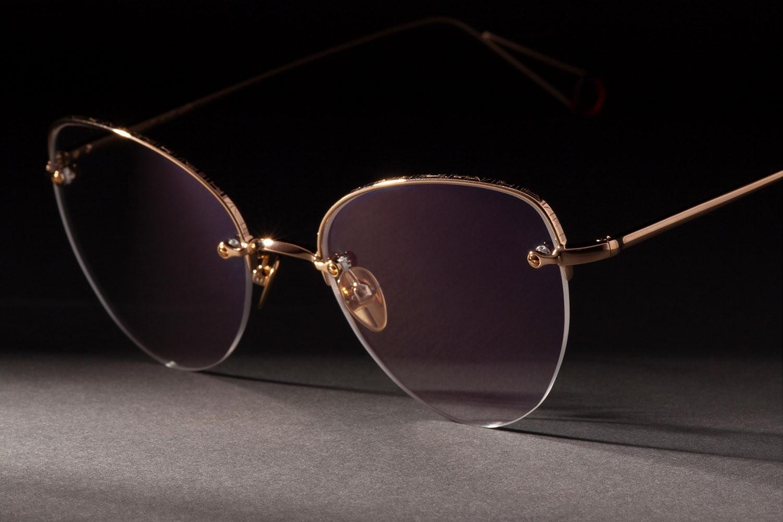 Nahaufnahme von einer Ahlem Fassung mit goldenem Rahmen und changierendem Brillenglas.