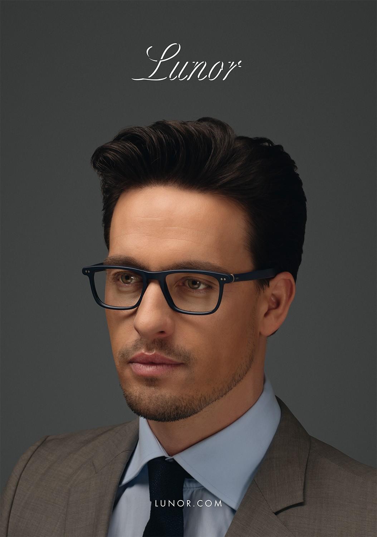 Nahaufnahme von einem Male Model mit braunen Haaren, das eine Lunor Korrekturbrille trägt.