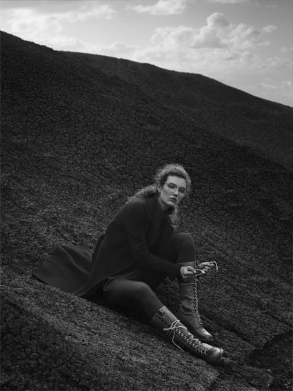 Schwarz-weiß Foto von einem weiblichen Model in der Natur, das Matsuda Eyewear trägt.