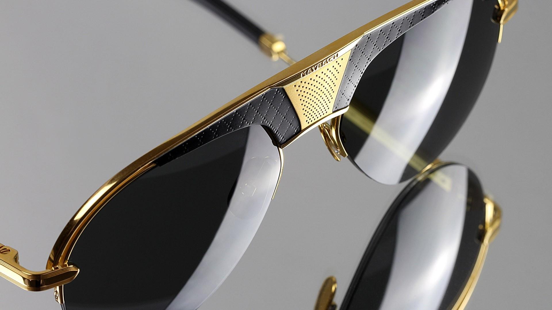 Nahaufnahme von einer Maybach Sonnenbrille mit goldenen Details.