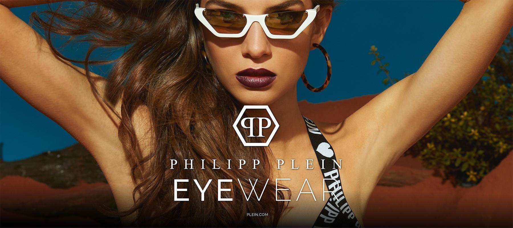 Blaues Foto mit Philipp Plein Logo und einer Nahaufnahme von einem weiblichen Model mit weißer Sonnenbrille und langen Haaren.