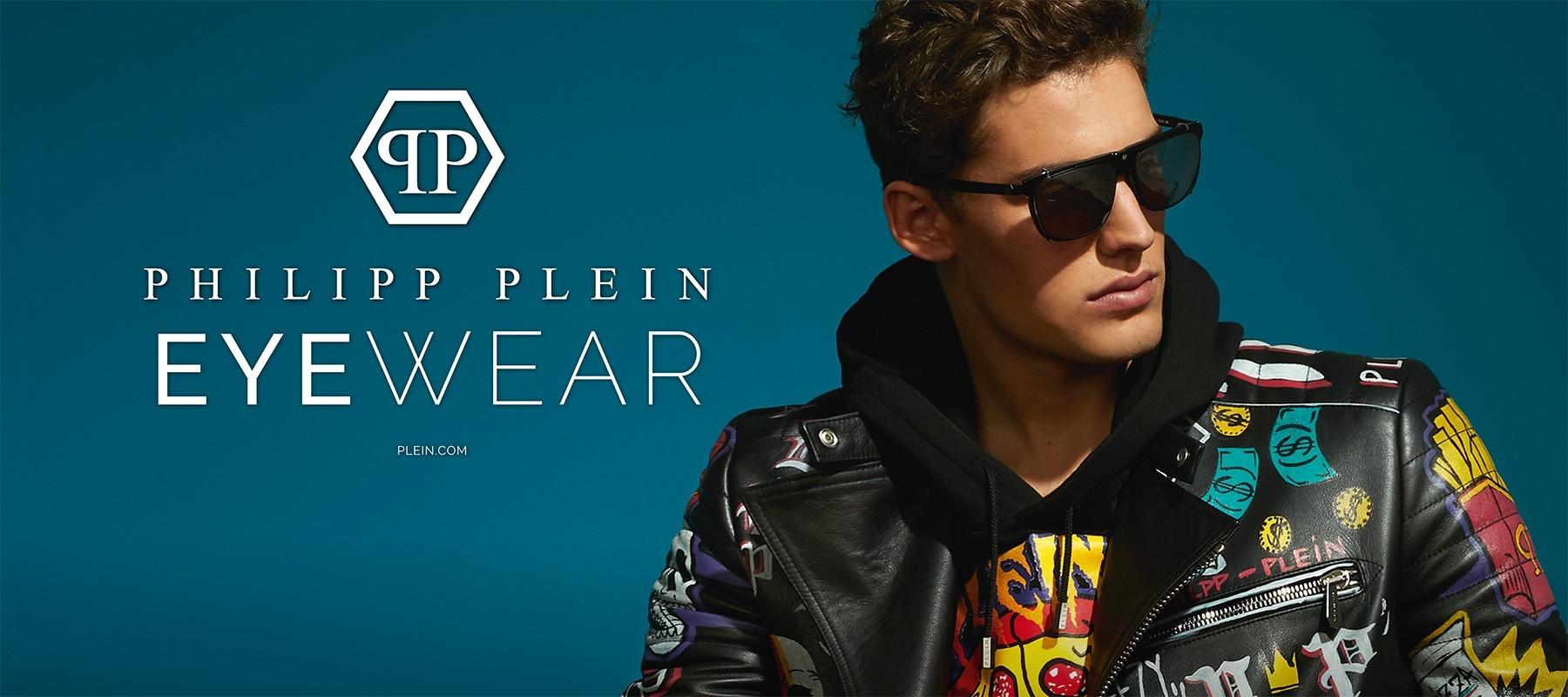 Blaues Foto mit Philipp Plein Logo auf der linken Seite und einem Male Model mit Sonnenbrille und braunen Haaren auf der rechten Seite.