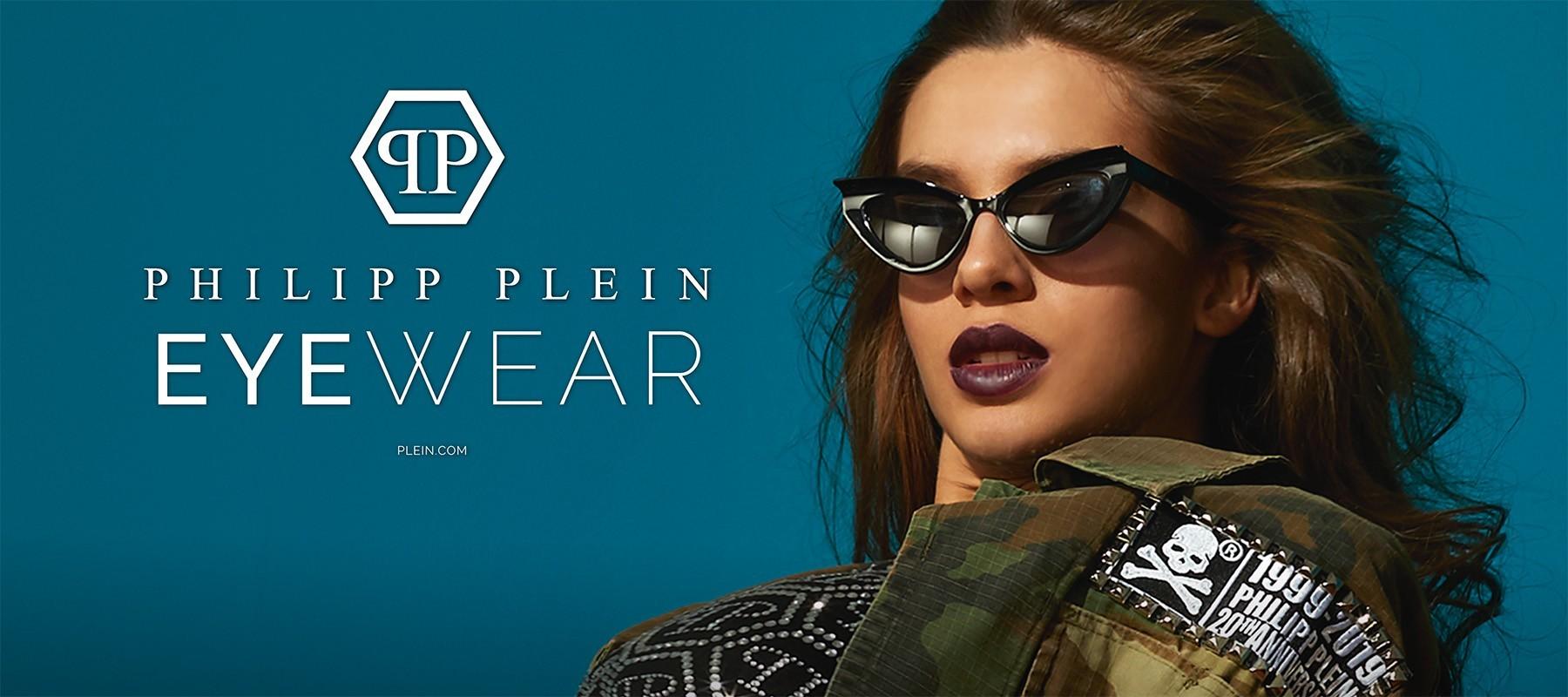Blaues Foto mit Philipp Plein Logo auf der linken Seite und einem weiblichen Model mit Sonnenbrille und braunen Haaren auf der rechten Seite.