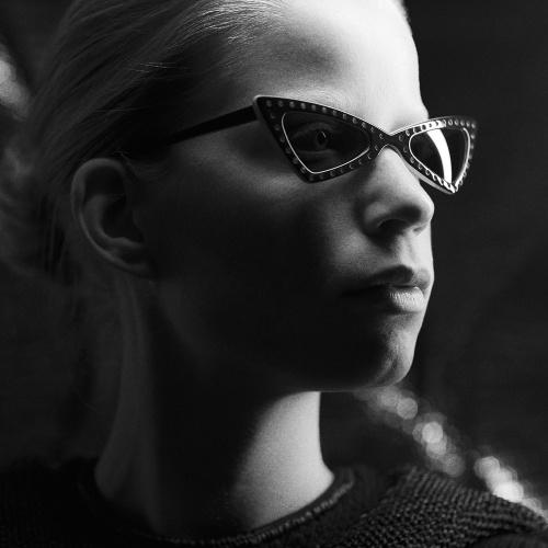 Schwarz-weiße Nahaufnahme von einem weiblichen Model, das eine Ralph Vaessen Sonnenbrille trägt.
